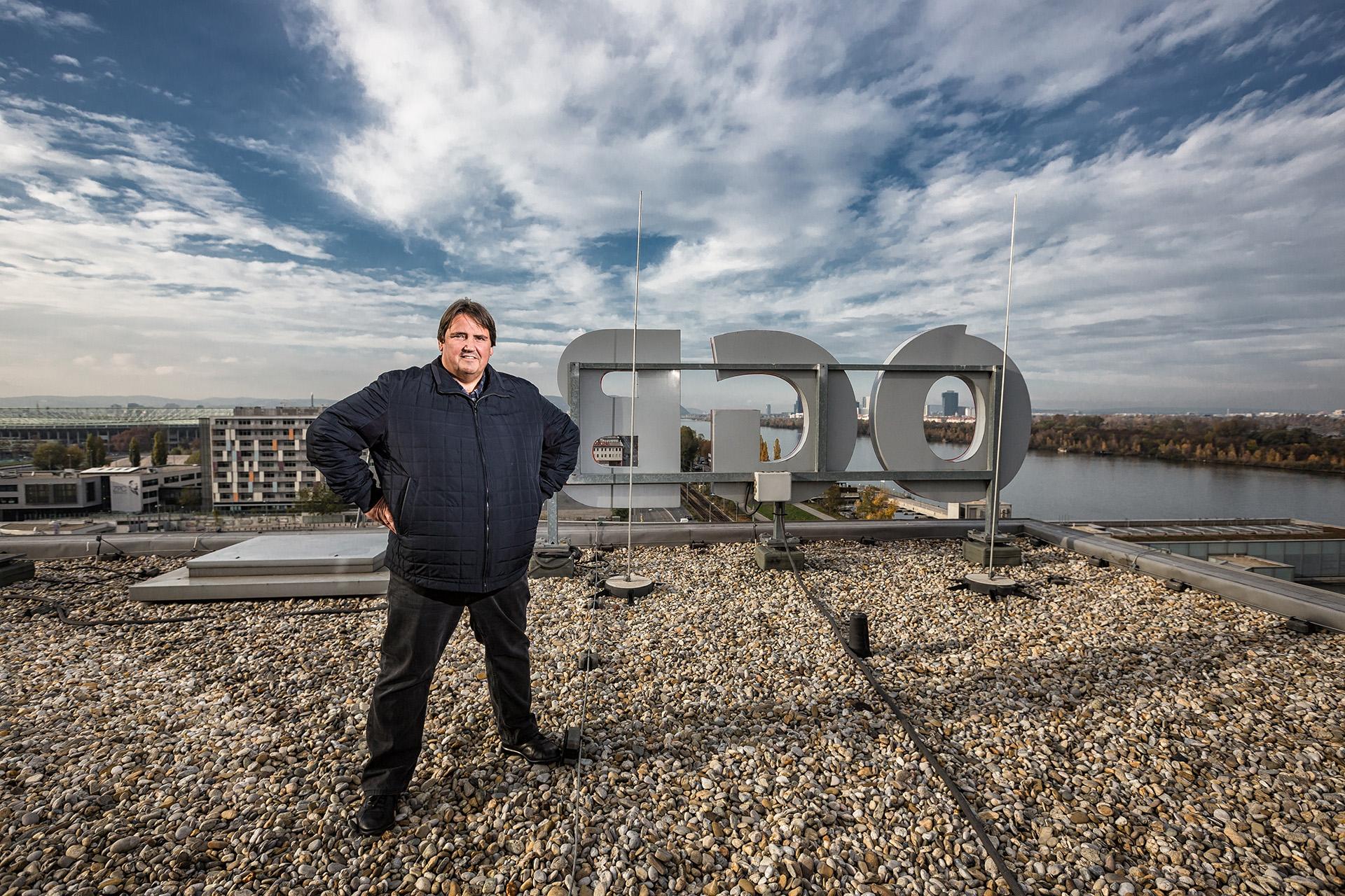 WIEN, ÖSTERREICH - 9. NOVEMBER 2016: Portraits von Josef Muchtisch, Abgeordneter zum Nationalrat und Vorsitzender der Gewerkschaft Bau-Holz. Auf diesem Foto: Auf dem Dach der ÖGB-Zentrale in Wien.